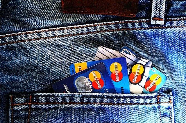Peut-on ouvrir un compte bancaire sans conditions de revenus ?