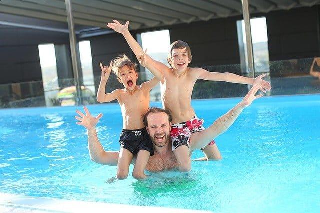 Respecter les règles de sécurité quand on a une piscine pour assurer la sécurité de ses enfants